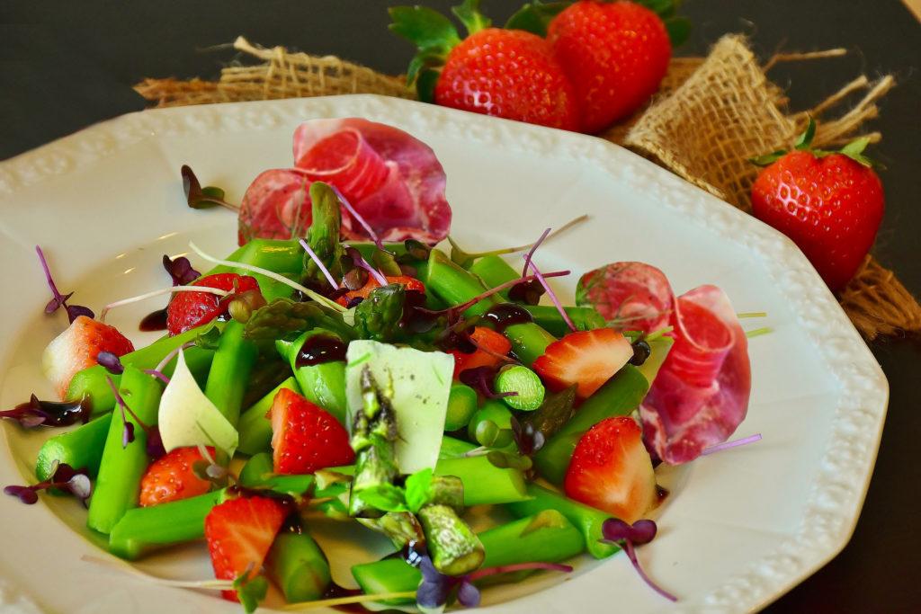 poëlée d'asperges vertes, coppa, fraise et parmesen