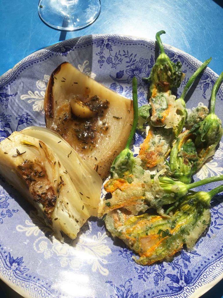 fenouils braisés citron thym et tempura de fleurs de courgettes basilc et persil