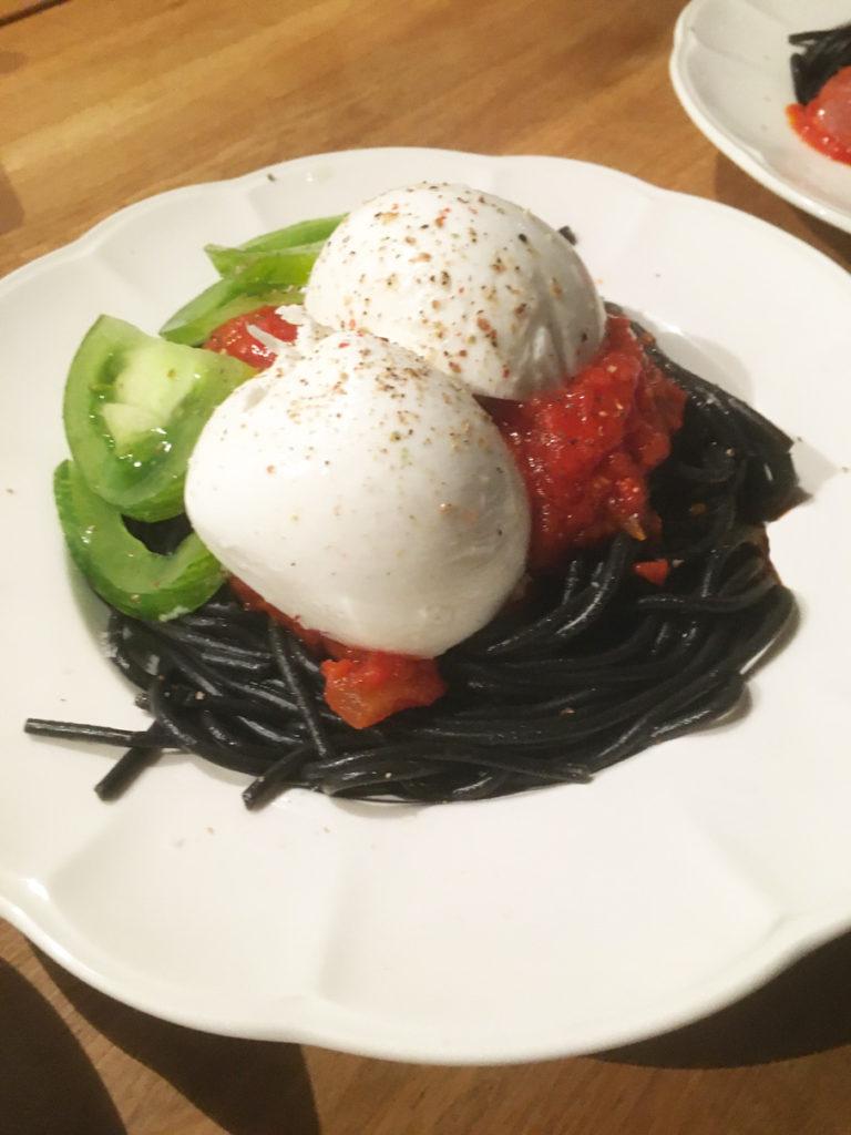 spaghetti encre de seiche tomates cerises confites mozzeralla buffala