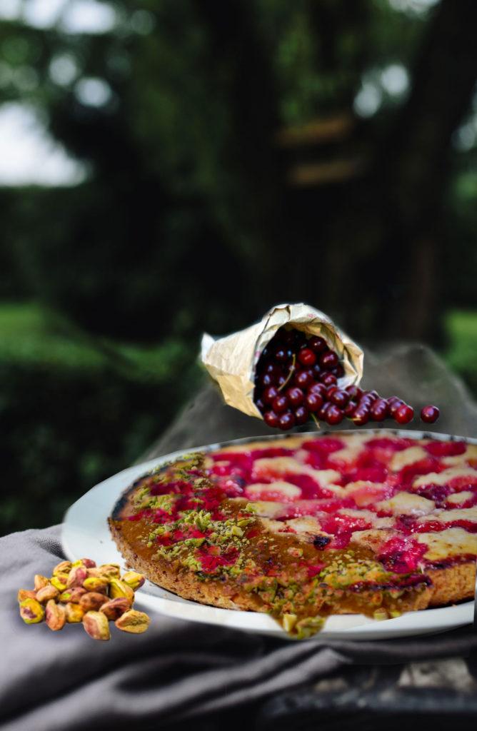 tarte à la cerise et crumble de pistache au potager de coudoux